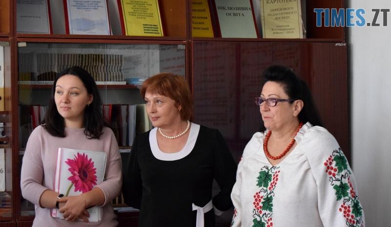 DSC 2587 - Близько тисячі троянд і гори цукерок за півдня подарувала одна людина вчителям та викладачам Житомирської області