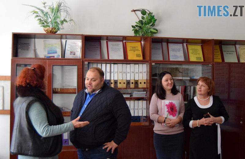 DSC 2595 - Близько тисячі троянд і гори цукерок за півдня подарувала одна людина вчителям та викладачам Житомирської області