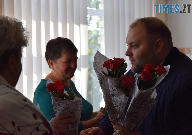 DSC 2616 - Близько тисячі троянд і гори цукерок за півдня подарувала одна людина вчителям та викладачам Житомирської області