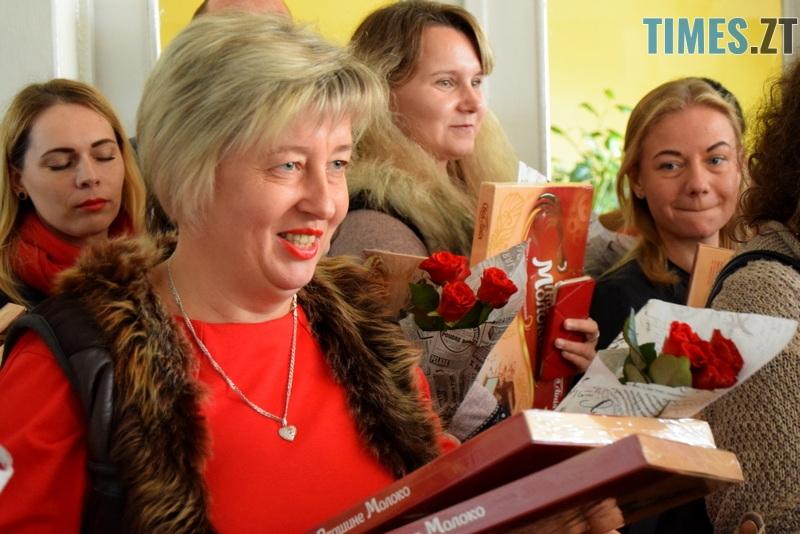 DSC 2640 - Близько тисячі троянд і гори цукерок за півдня подарувала одна людина вчителям та викладачам Житомирської області