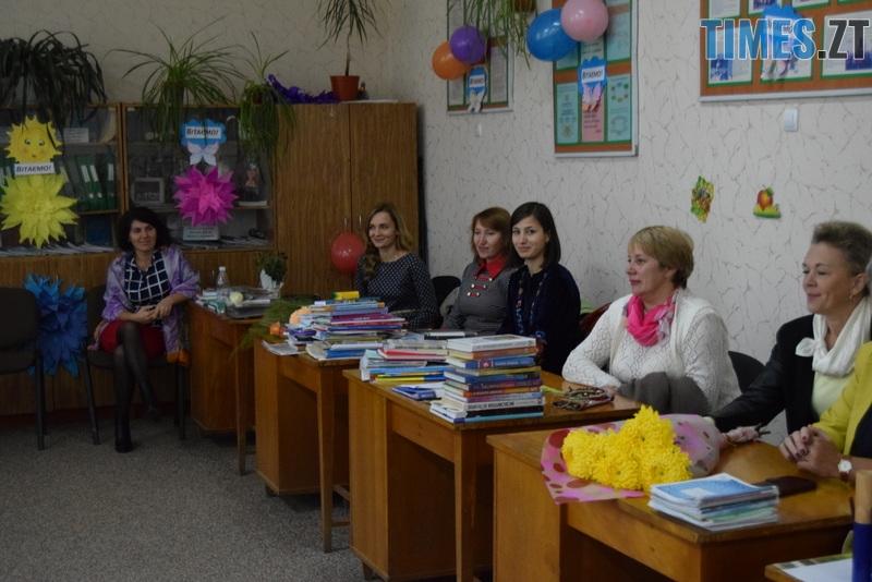 DSC 2660 - Близько тисячі троянд і гори цукерок за півдня подарувала одна людина вчителям та викладачам Житомирської області