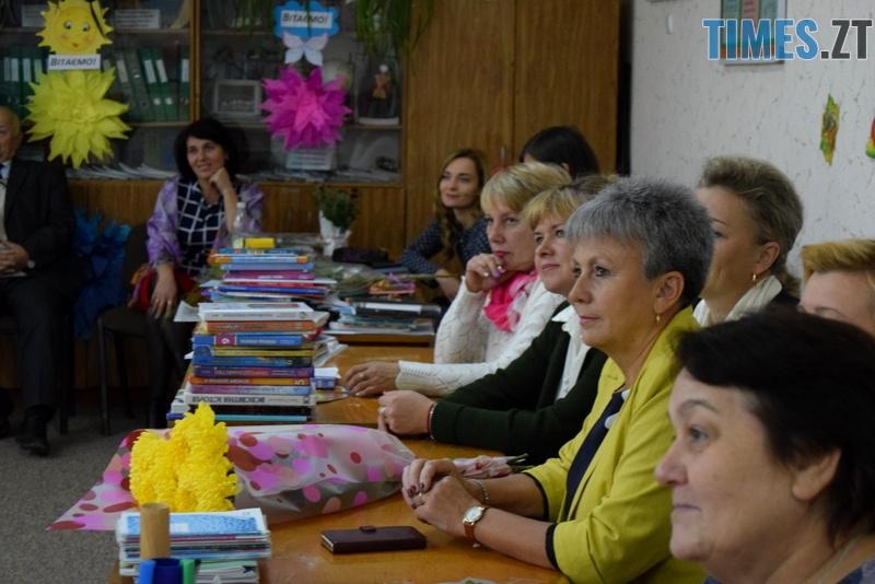 DSC 2667 - Близько тисячі троянд і гори цукерок за півдня подарувала одна людина вчителям та викладачам Житомирської області