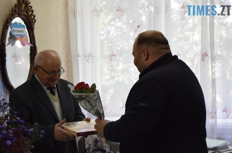 DSC 2683 - Близько тисячі троянд і гори цукерок за півдня подарувала одна людина вчителям та викладачам Житомирської області