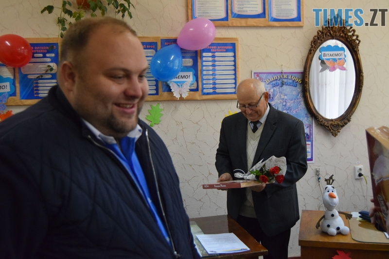 DSC 2688 - Близько тисячі троянд і гори цукерок за півдня подарувала одна людина вчителям та викладачам Житомирської області