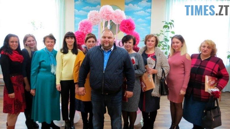 IMG 0106 - Близько тисячі троянд і гори цукерок за півдня подарувала одна людина вчителям та викладачам Житомирської області
