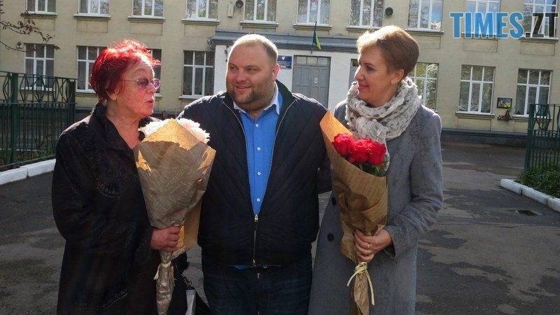 IMG 0115 - Близько тисячі троянд і гори цукерок за півдня подарувала одна людина вчителям та викладачам Житомирської області