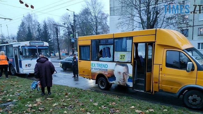 .jpg - Перегони по-житомирськи: на Польовій тролейбус зіткнувся з маршруткою (ФОТО)
