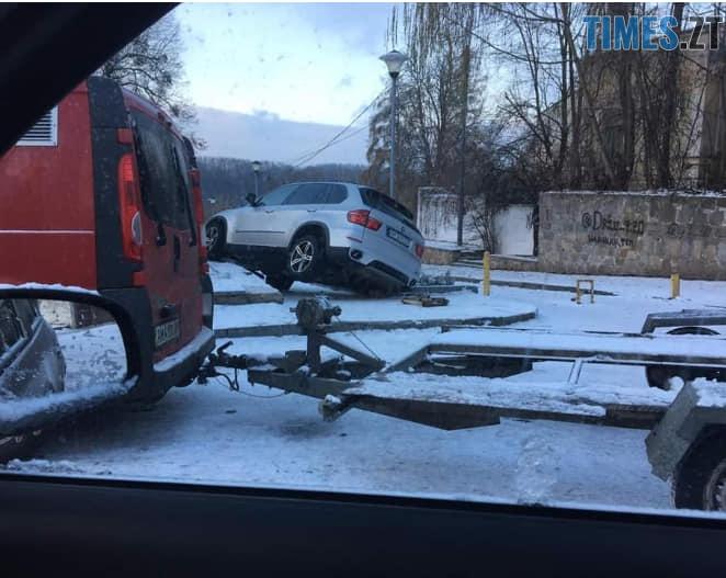46853181 2225652917755586 2958158338572943360 n - Невдала втеча: у Житомирі водій елітної BMW виїхав на парапет