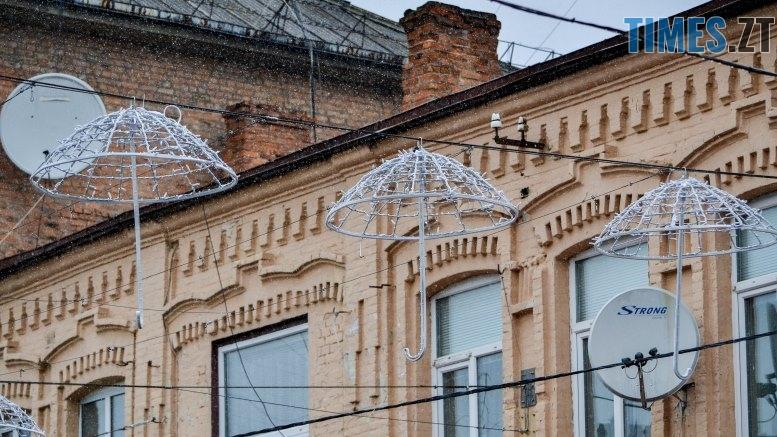 DSC 0438 2 - Вулицю Михайлівську у Житомирі прикрашають «зимовими» парасольками