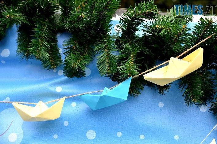 Korablyk 2812 6 - #Жовтоблакитнийкорабликнаялинку: головну ялинку міста прикрасили корабликами, які виготовили діти бійців