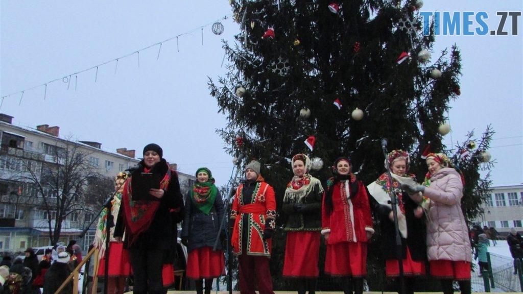 o 1cv3pr9otsgr1ujvhb81fho1pfp1d 1024x576 - Як виглядають новорічні ялинки у різних районах Житомирської області