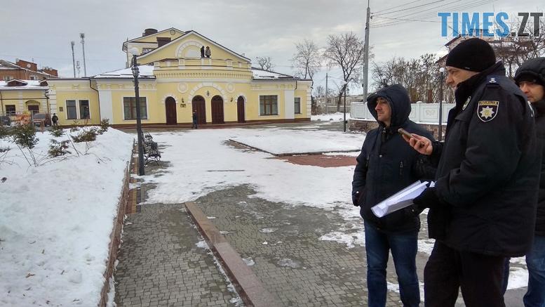 .jpg - Двоє на даху, поліція, заклеєні білборди: Бердичів зустрічає Президента і його гостей