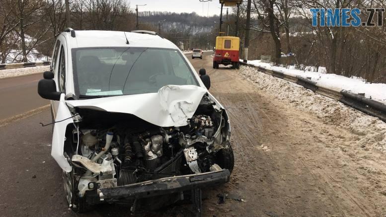 49864978 2915444855147908 1040068992636551168 o - У Житомирі Peugeot врізався у відбійник та збив стовп на мосту