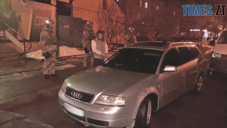 56 - На Житомирщині поліцейські затримали банду, яка вимагала з бердичівлянки 12 тисяч гривень
