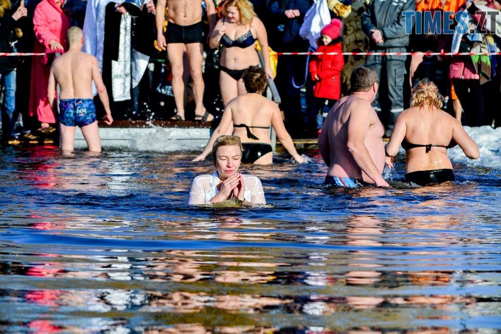 DSC 0066 1024x683 - Сотні бердичівлян на Водохреща пірнули в ополонку: як це було