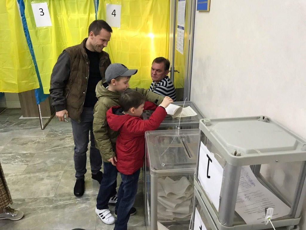 """56247780 2125650387502691 6927591259842281472 o 1024x768 - """"Громадянський обов'язок""""  - кандидати демонструють голосування за самих себе (ФОТО)"""