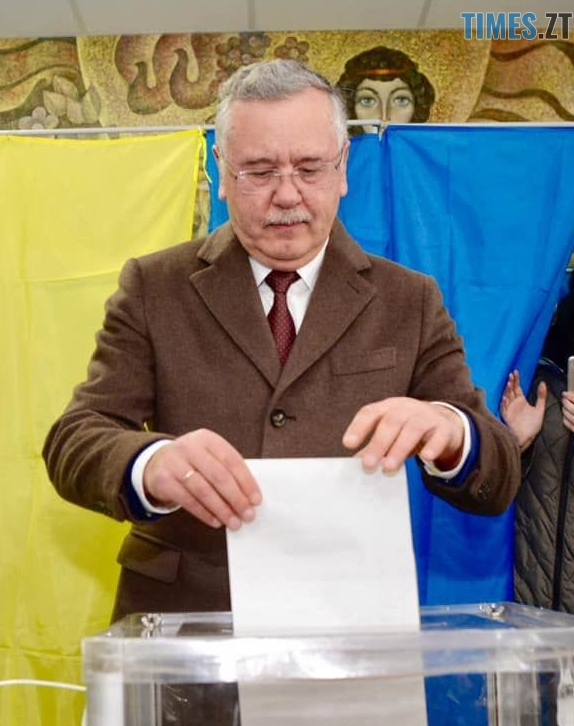 "6 - ""Громадянський обов'язок""  - кандидати демонструють голосування за самих себе (ФОТО)"