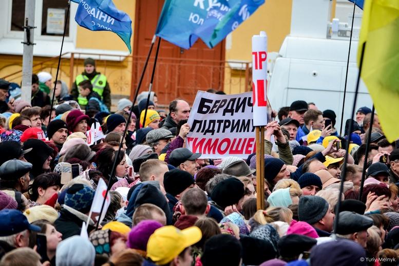 DSC 0131 Kopyrovat  - Концерт, бійки, гасла - Юлія Тимошенко зустрілась з житомирянами (ФОТО)