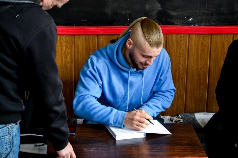 DSC 0493 Kopyrovat kopyia - «Я просто Людина»: в Житомирі відомий блогер-десантник розповів про свою книгу (ФОТО)