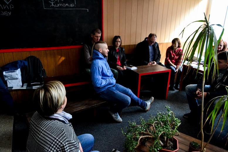 DSC 0549 Kopyrovat  - «Я просто Людина»: в Житомирі відомий блогер-десантник розповів про свою книгу (ФОТО)