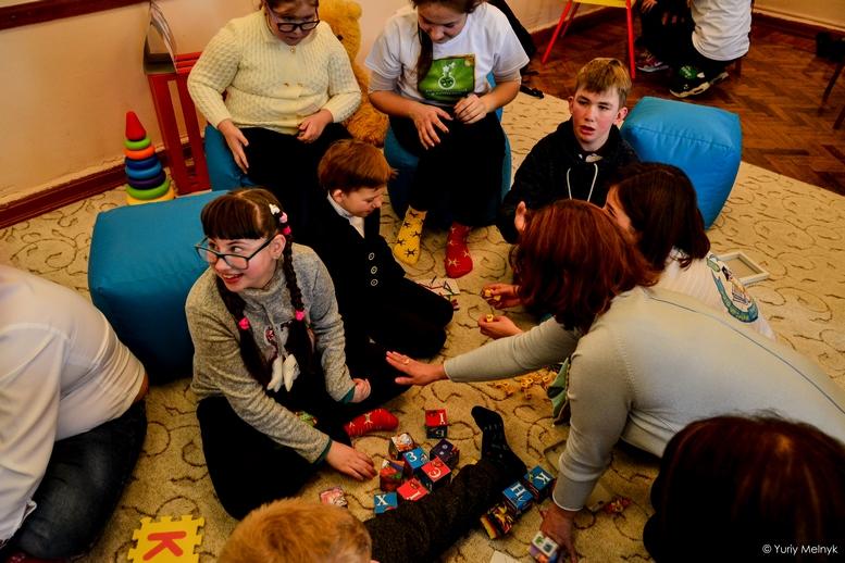 """DSC 0811 Kopyrovat 1 2 - """"Вони - діти України"""": Марина Порошенко підтримала всесвітній флешмоб """"Lots of Socks"""""""