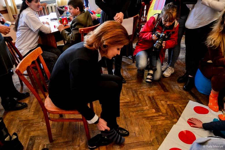 """DSC 0845 Kopyrovat 1 1 - """"Вони - діти України"""": Марина Порошенко підтримала всесвітній флешмоб """"Lots of Socks"""""""