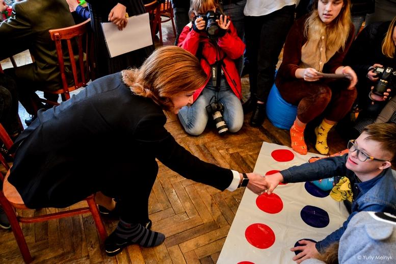 """DSC 0852 Kopyrovat 1 1 - """"Вони - діти України"""": Марина Порошенко підтримала всесвітній флешмоб """"Lots of Socks"""""""