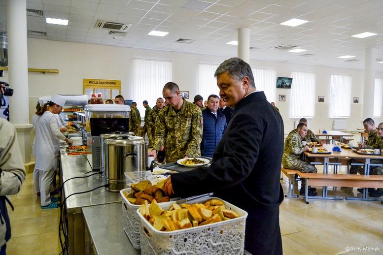 DSC 1004 Kopyrovat  - Не дам розкрадати армію: у Житомирі Порошенко погрожував корупціонерам в армії (ФОТО)
