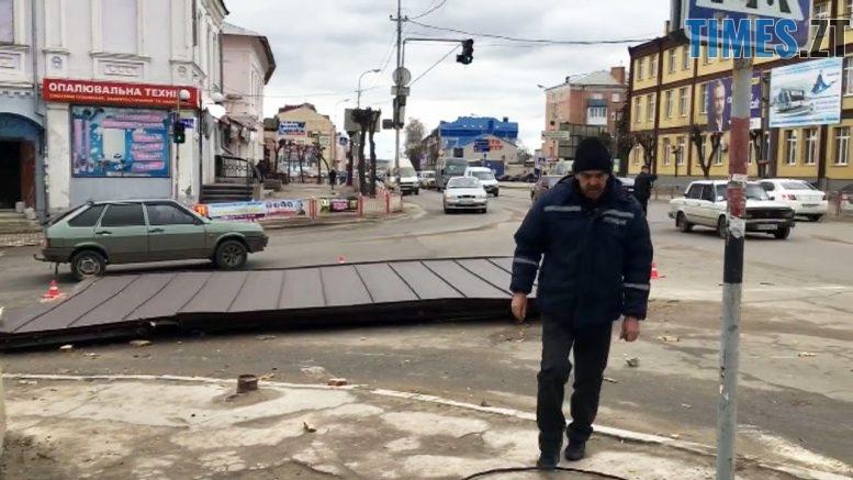 krysha 777x437 - Вітер зриває дахи і валить дерева у Бердичеві (відео)