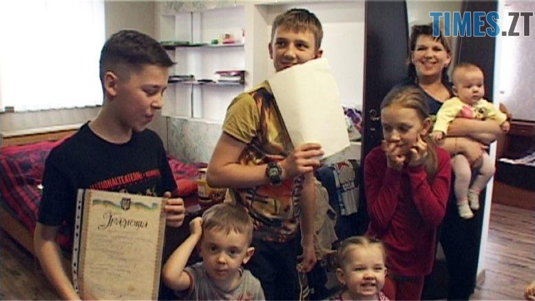 simia 777x437 - Їх 7-ро, з батьками 9-ро, а подарунок 1: багатодітна родина з Романівщини (ВІДЕО)