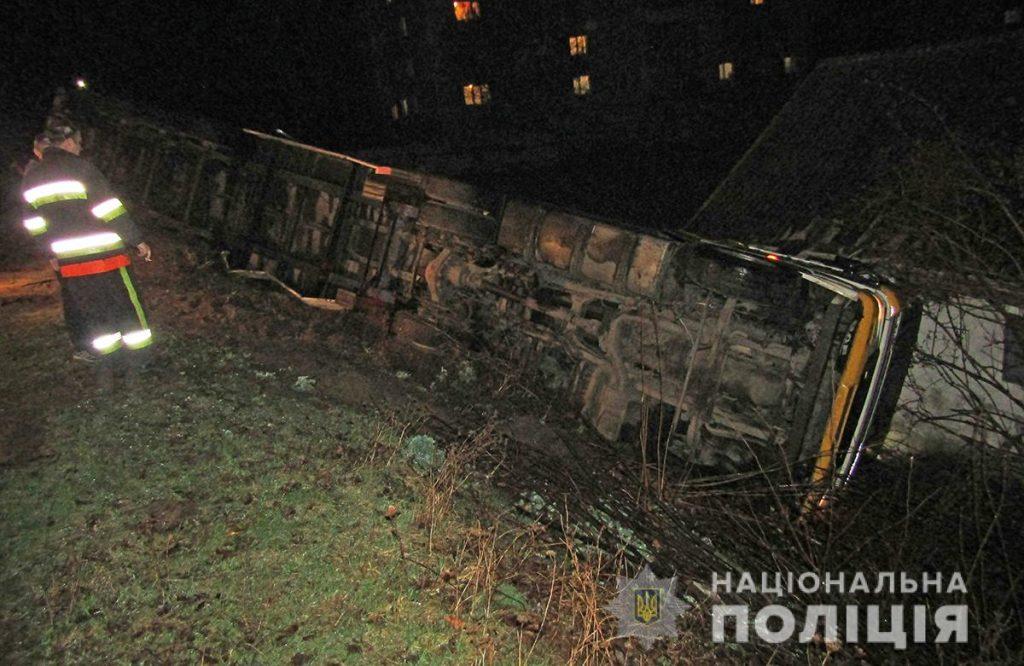 IMG 2316 fura 1024x666 - На Житомирщині внаслідок неуважності водія перекинулася навантажена фура