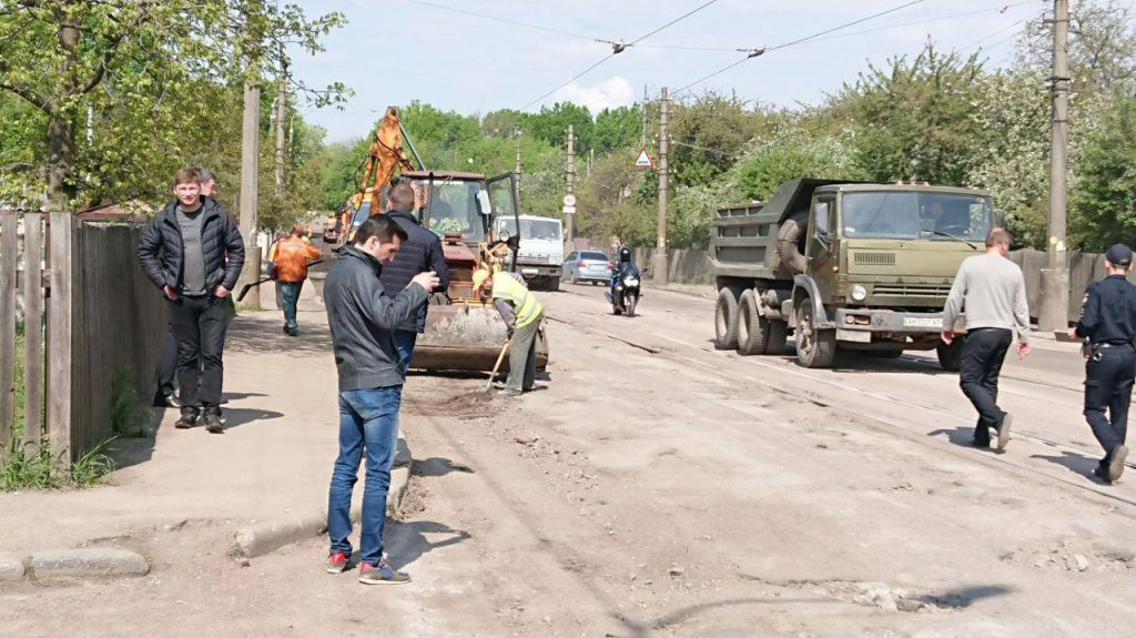 60340634 805482819822845 8714832232377745408 n 1024x575 - В Житомирі після погроз жителів з Корольова відокремитись від міста,  почали ремонтувати дорогу (ФОТО)