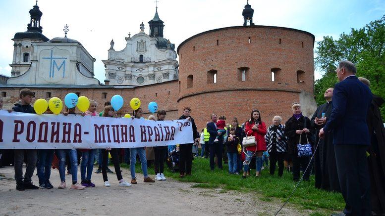 DSC 0212 Kopyrovat 777x437 - Тисячі бердичівлян пройшли містом в рамках акції на захист сім'ї (ФОТО)