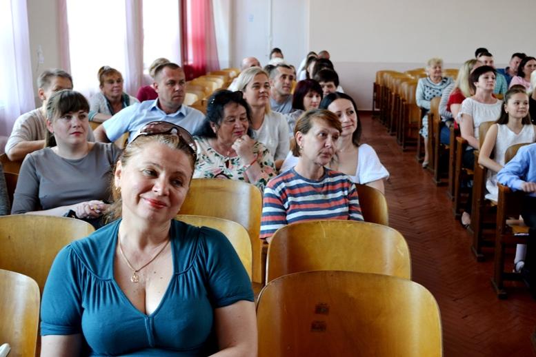 DSC 0336 - «Може, не пишіть, що вчителям дарували квіти?..» Кому потрібні випускні у четвертих класах (ФОТО)