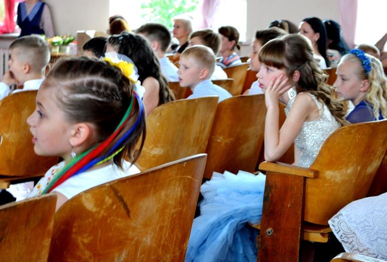 DSC 0413 - «Може, не пишіть, що вчителям дарували квіти?..» Кому потрібні випускні у четвертих класах (ФОТО)