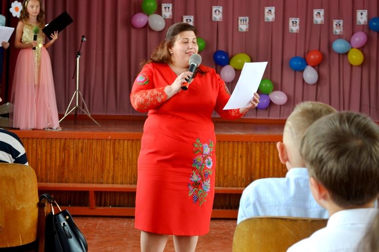 DSC 0415 - «Може, не пишіть, що вчителям дарували квіти?..» Кому потрібні випускні у четвертих класах (ФОТО)