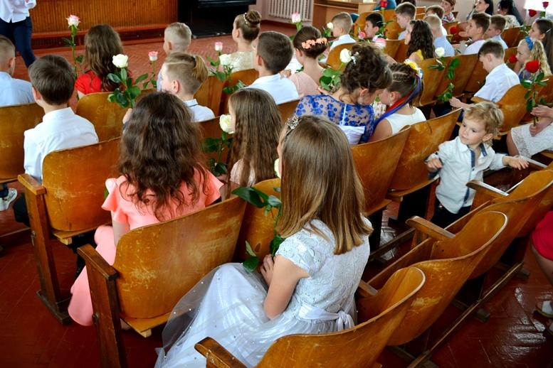 DSC 0462 - «Може, не пишіть, що вчителям дарували квіти?..» Кому потрібні випускні у четвертих класах (ФОТО)