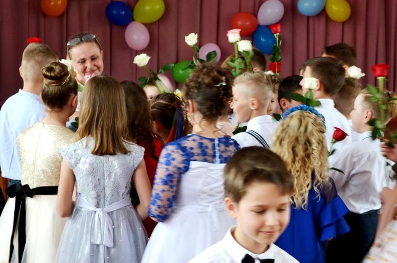 DSC 0465 - «Може, не пишіть, що вчителям дарували квіти?..» Кому потрібні випускні у четвертих класах (ФОТО)
