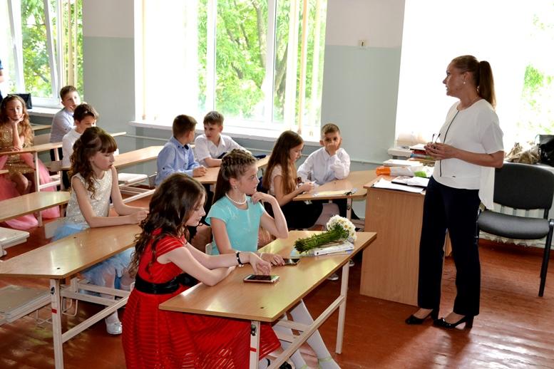 DSC 0484 - «Може, не пишіть, що вчителям дарували квіти?..» Кому потрібні випускні у четвертих класах (ФОТО)