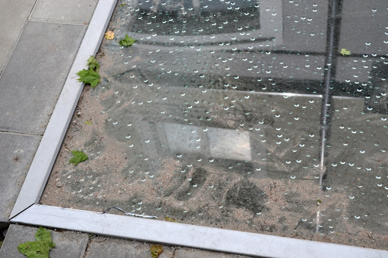DSC 0608 - Реальний морок: житомиряни ходять ногами по склу дефективної «пам'ятки» (ФОТО)