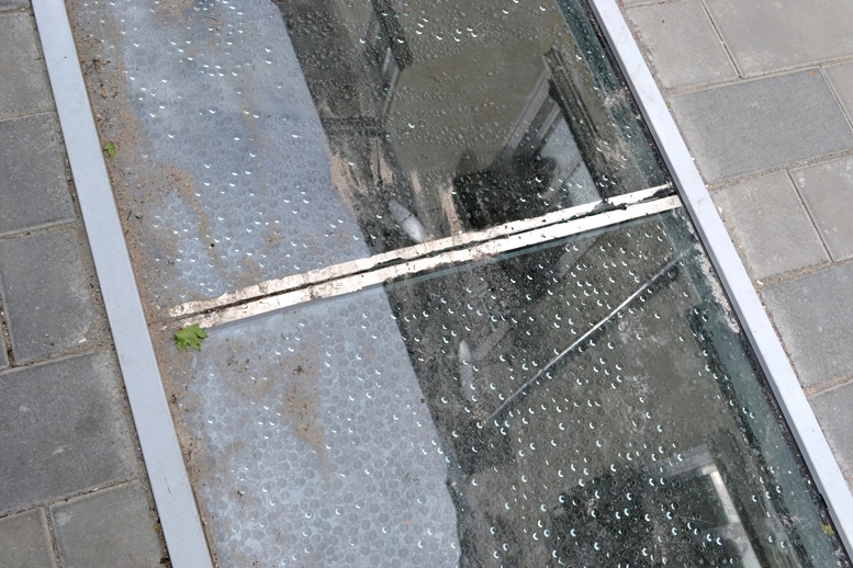 DSC 0609 - Реальний морок: житомиряни ходять ногами по склу дефективної «пам'ятки» (ФОТО)