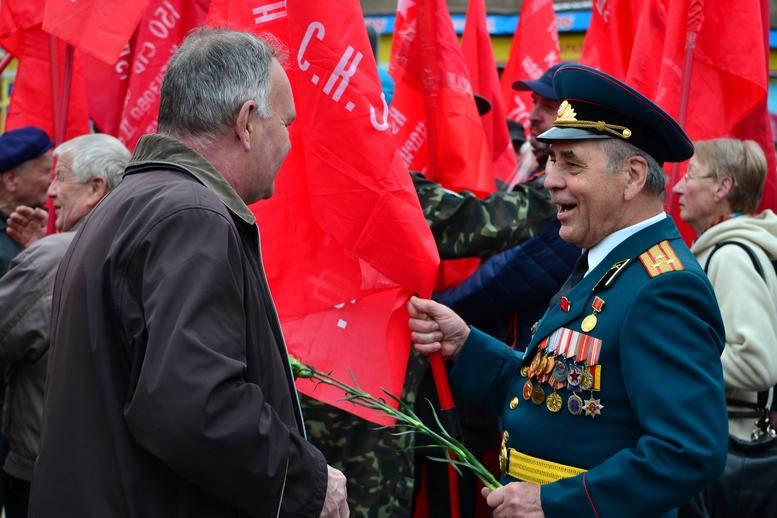 """DSC 0676 Kopyrovat - В Житомирі комуністи розгорнули червоні прапори під час акції """"Безсмертний полк"""""""