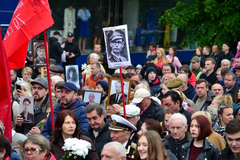 """DSC 0752 Kopyrovat - В Житомирі комуністи розгорнули червоні прапори під час акції """"Безсмертний полк"""""""