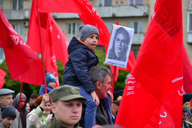 """DSC 0762 Kopyrovat - В Житомирі комуністи розгорнули червоні прапори під час акції """"Безсмертний полк"""""""