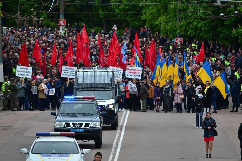 """DSC 0795 Kopyrovat - В Житомирі комуністи розгорнули червоні прапори під час акції """"Безсмертний полк"""""""