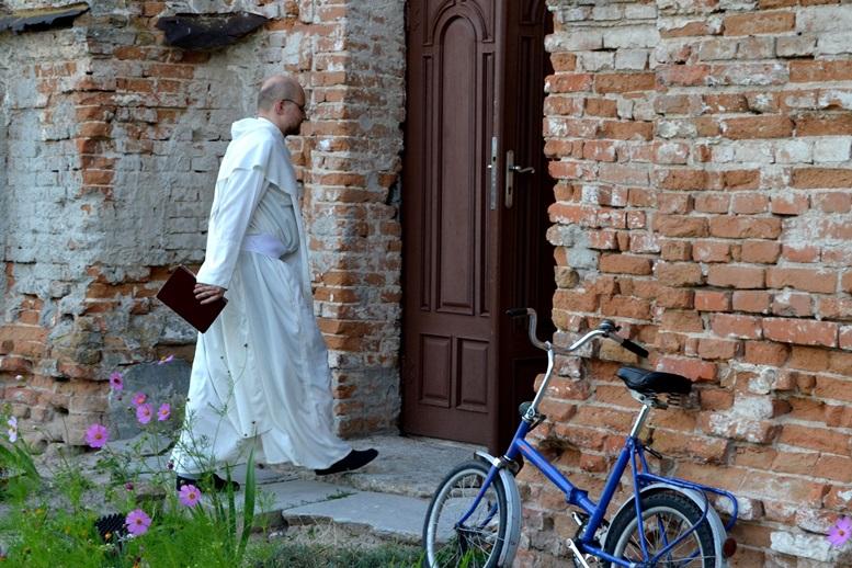 DSC 2728 - Голі ноги, непокрита голова, сидячи: звичаї католиків, які вражають православних (ФОТО)