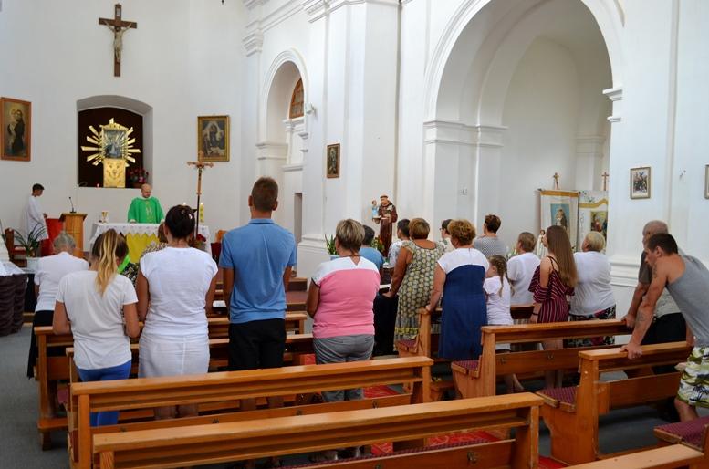 DSC 2738 - Голі ноги, непокрита голова, сидячи: звичаї католиків, які вражають православних (ФОТО)