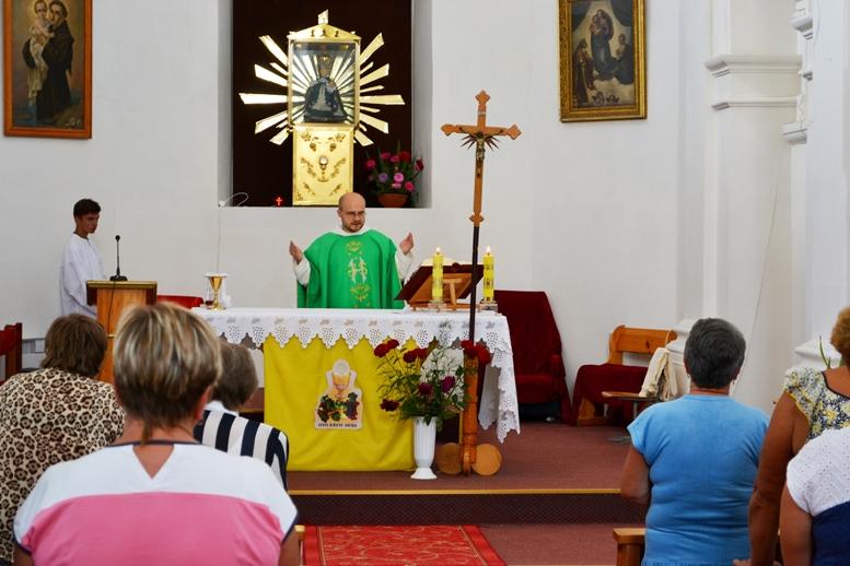 DSC 2741 - Голі ноги, непокрита голова, сидячи: звичаї католиків, які вражають православних (ФОТО)