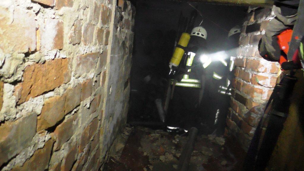 S5570003 1024x576 - В Житомирі горів підвал п'ятиповерхівки