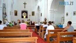 preview 2 260x146 - Голі ноги, непокрита голова, сидячи: звичаї католиків, які вражають православних (ФОТО)